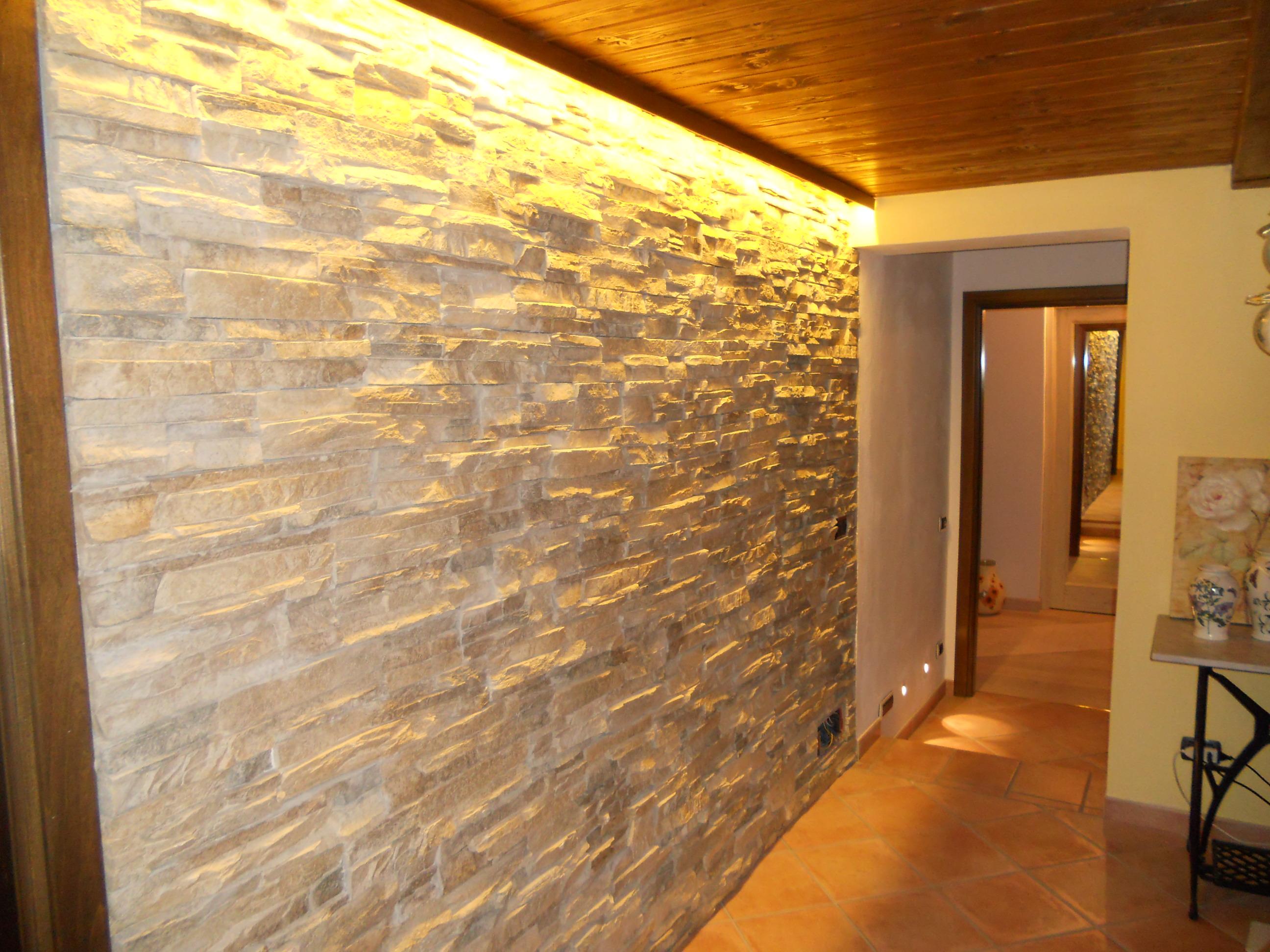 Parete In Pietra Soggiorno lavata luce parete pietra basaluzzo - lombardi lampadari